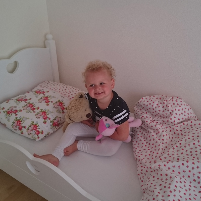 Mama lot opeens wordt je kleine meisje wel heel groot van wieg naar ledikant in het grote bed for Kamer klein meisje