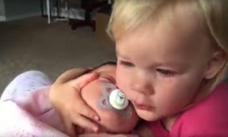 video-deze-grote-zus-is-een-beetje-chagrijnigs-ochtends-gelukkig-maakt-haar-lieve-baby-zusje-het-allemaal-een-stuk-beter