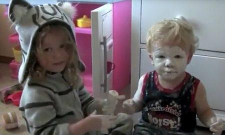 video-oei-deze-grote-zus-heeft-haar-kleine-broertje-ingesmeerd-met-creme