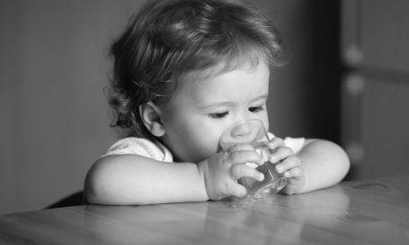 video-ondeugend-deze-baby-wil-maar-al-te-graag-het-glas-op-tafel-omstoten