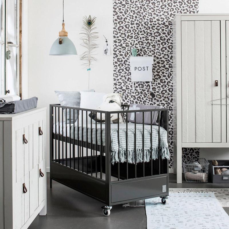 Zwart Ledikant Baby.Een Stoere Babykamer Met Stapelgoed Babystraatje Nl